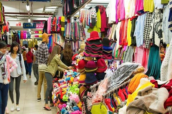 3. Chợ đêm Âm Phủ Chợ đêm Âm Phủ là điểm đến tham quan và mua sắm lý tưởng của du khách khi đến với Đà Lạt. Tại đây ngoài những món ăn ngon, đặc sắc thì các món đồ len cũng thực sự chinh phục mọi người bởi thiết kế đẹp mắt, tinh tế và xinh xăn.  Du khách không quá khó để lựa chọn cho mình một kiểu áo len ưng ý vì những gian đồ len tại đây rất nhiều, luôn cập nhật và phủ đầy các sản phẩm len đủ màu sắc khiến cả khu phố sáng bừng đầy sức sống. Điều lý thú là áo len tại đây có mức giá rất mềm, chỉ khoảng từ 80.000 – 100.000 đồng là bạn đã có ngay một chiếc áo len tuyệt đẹp rồi.