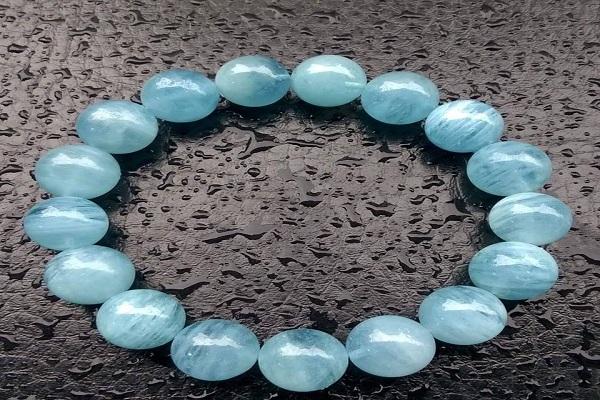 Vòng đá màu xanh nước biển hợp mệnh Mộc