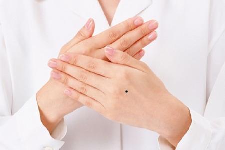 [Xem Tướng] Nốt ruồi trên mu bàn tay trái phải phụ nữ nói lên điều gì